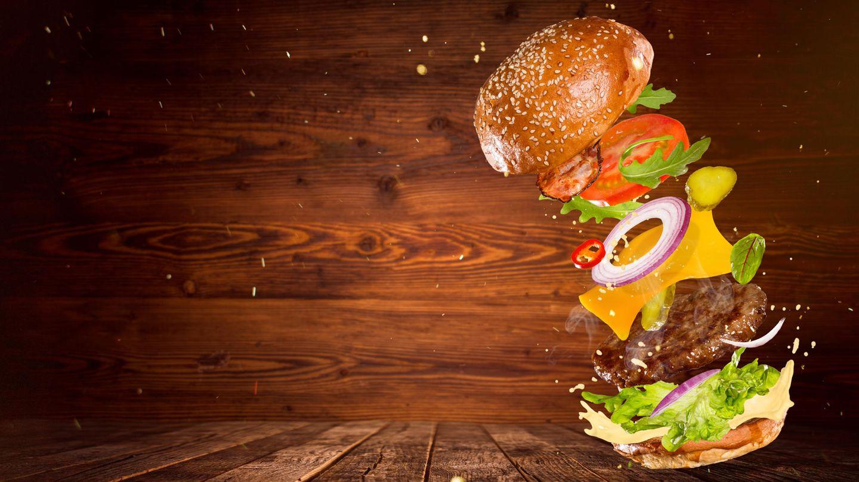 Ein fliegender Burger, bei dem die einzelnen Zutaten zu sehen sind