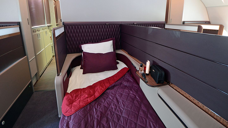 Platz 8: Qatar Airways  Die Airline mit ihrem Drehkreuz in Doha hat nur in Flugzeugen vom Typ Airbus A80 eine First. Die jeweils acht Sitzplätze sind im vorderen Teil des Oberdecks untergebracht, wie hier Sitz 2E.