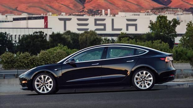 Ein Tesla Model 3 vor einem amerikanischen Tesla Werk