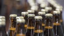Bierflaschen laufen in einer Produktionsstätte vom Band