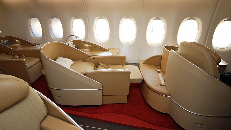Platz 4: Air France  La Premiere nennt sich die First Class bei Air France. Die beigefarbigen Ledersessel an Bord des Airbus A380 lassen sich bei Nachtflügen in ein zwei Meter langes und 77 Zentimeter breites Bett verwandeln.