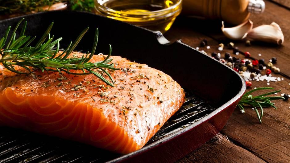 Fetter Seefisch: Lachs  Fette Seefische wie Hering, Lachs oder Makrele enthalten die langkettigen Omega-3-Fettsäuren EPA und DHA. Diese senken nicht nur das Risiko für Herz-Kreislauf- Krankheiten, sondern wirken sich auf Psyche und Gedächtnis positiv aus. Das macht sie zu Happy- Aging-Knüllern – zum Beispiel in meiner Zwiebel- Fisch-Suppe oder als Filet ausgebacken in einer Kichererbsenkruste!