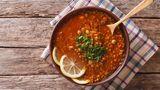 Hülsenfrüchte: Linsen  Sie sind die Wiederentdeckung schlechthin, inspiriert durch die orientalische Küche. Bohnen, Linsen, Kichererbsen und Erbsen haben unglaublich viele Pluspunkte, vor allem viele Ballaststoffe und wertvolles Eiweiß.  Und – abgesehen von Sojabohnen und Erdnüssen, die ich den Nüssen zugeordnet habe – kaum Fett. So gleichen sie den Blutzuckerspiegel aus, machen satt und haben eine positive Wirkung auf den Blutfettspiegel – vor allem, wenn sie fettes Fleisch ersetzen. Besonders gesund sind sie frisch gekeimt. Roh – außer Zuckererbsen – besser nicht essen, dann sind sie leicht giftig.