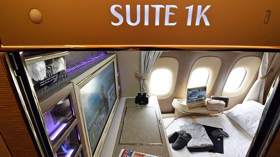 Noch mehr Luxus und Privatsphäre bei Emirates: In den neu ausgelieferten Jets vom Typ Boeing 777-300ER gibt es nur noch sechs Suiten. Die beiden vorderen Reihen sind in einer 1-1-1-Konfiguration angeordnet, wobei die beiden mittleren Suiten mit drei virtuellen Fenstern ausgestattet sind.