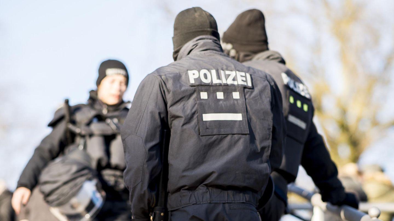 Razzia gegen Rechtsextreme in drei Bundesländern. Polizisten warten auf einen Einsatz (Symbolbild)