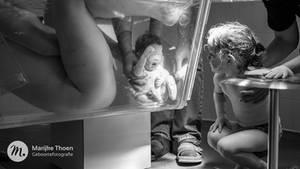 Schwester sieht Neugeborenes zum ersten mal