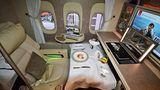 Platz 2: Emirates Airlines  Die teuerste Reiseklasse hat auch Emirates nachgerüstet: In den neu ausgelieferten Jets vom Typ Boeing 777-300ER wurde die bis zu vier Quadratmeter großen Privatsuiten auf sechs reduziert. Die beiden Reihen sind in einer 1-1-1-Konfiguration angeordnet, wobei die beiden mittleren Suiten mit drei virtuellen Fenstern ausgestattet sind: Die hochauflösenden Monitore zeigen Liveaufnahmen von Kameras, die außen am Flugzeug montiert sind.