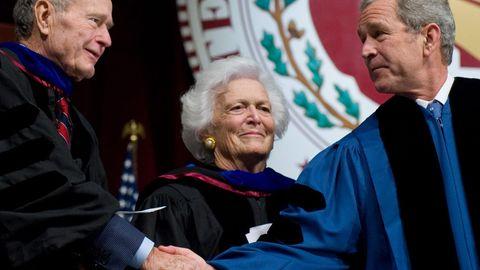 Barbara Bush mit ihrem Ehemann George H.W. Bush und ihrem Sohn George W. Bush - zwei US-Präsidenten