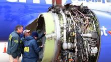 Ermittler des Transportation Safety Board, einer US-Verkehrsbehörde, untersuchen die zerstörte Turbine der Boeing 737