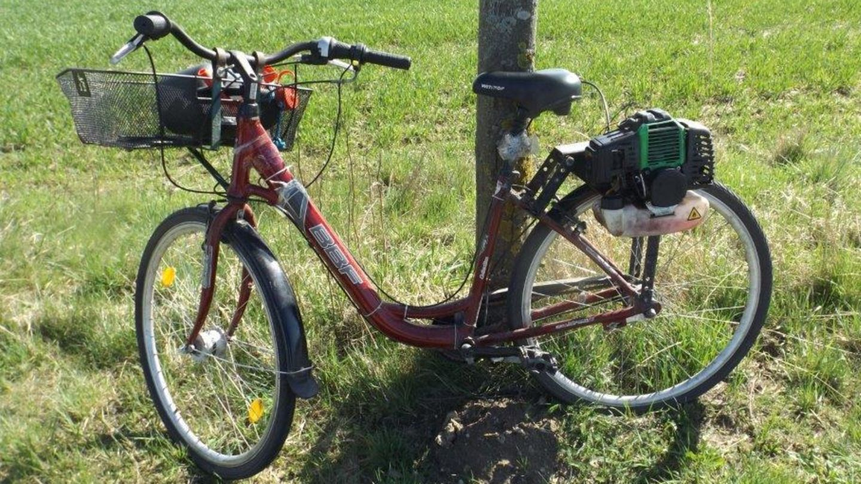 Ein Fahrrad mit einem anmontierten Rasenmähermotor.