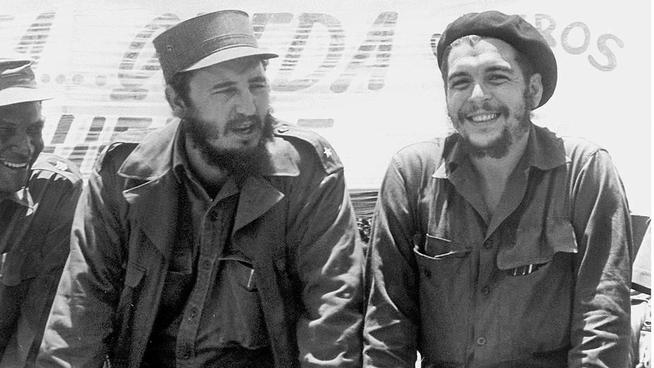 """Kuba, 1960: Fidel Castro (links), damals Ministerpräsident von Kuba, und der legendäre Guerilla-Führer Ernesto """"Che"""" Guevara"""