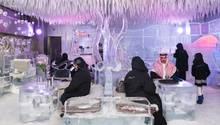 Saudi-Arabische Touristen sitzen in einer Eis-Lounge