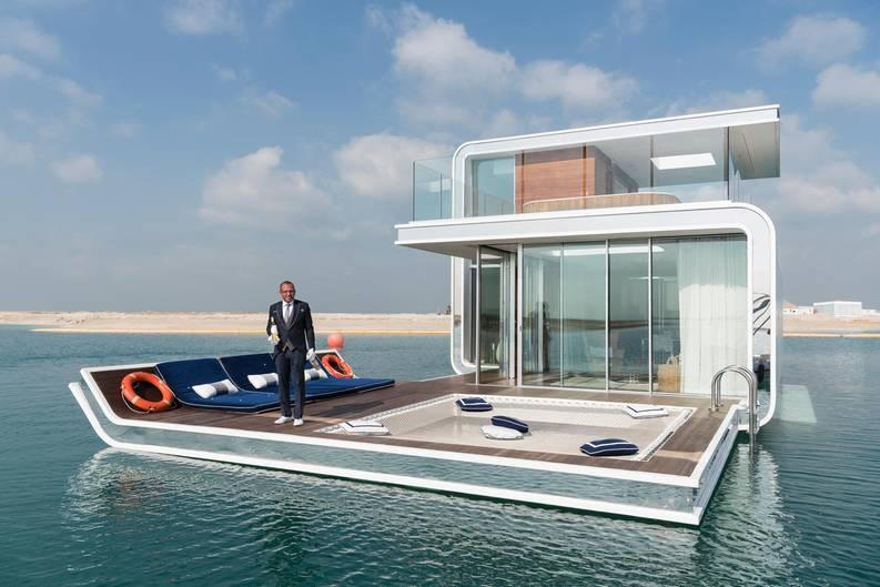 Mann steht auf schwimmender Villa