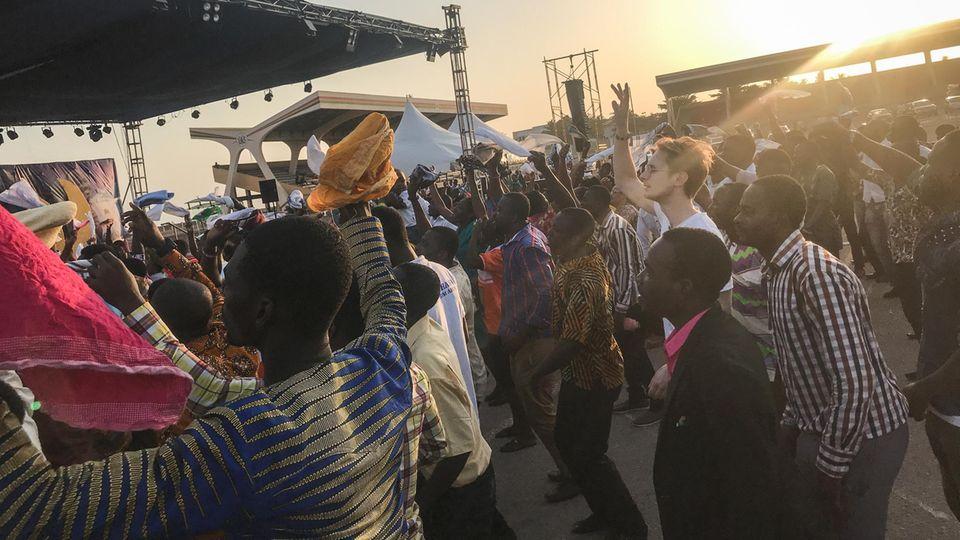 Kein Rave, sondern ein Gottesdienst: Unser Autor versucht, auf dem Independence Square in Accra cool zu tanzen