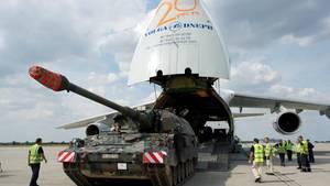 Eine Panzerhaubitze der Bundeswehr wird in eine Antonow-124-Maschine verladen.