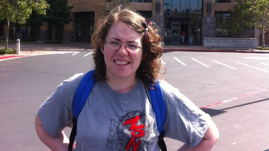 Die Australierin Rebecca Sharrock vor einem Krankenhaus in Brisbane