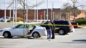 Polizisten untersuchen den Tatort in Merrillville, USA