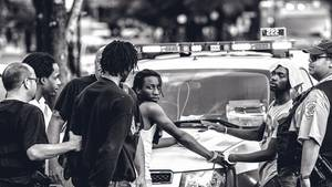 Einsatz: Verhaftung. Kurz zuvor gab es in der Gegend eine Schießerei, die Polizei nimmt Verdächtige in Gewahrsam