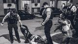 Einsatz: Prügelei. Der Polizist verhaftet die Frau wegen Handgreiflichkeiten. In der Nähe wurde ein Mann schwer verletzt