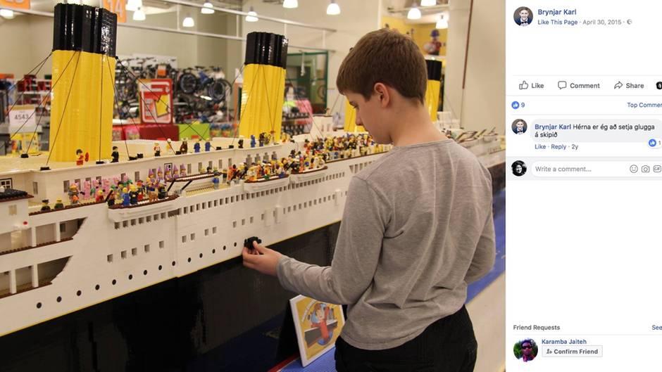 Der isländische Junge steht vor seinem Schiffsmodell und baut mit Legosteinen