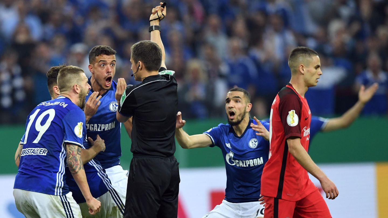 Schalke-Spieler protestieren vehement gegen die Aberkennung ihres Tores im Pokal gegen Frankfurt
