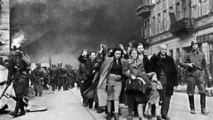 Ein Bild, das nach dem Aufstand im Warschauer Ghetto aufgenommen wurde
