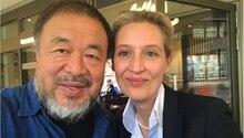 Künstler Ai Weiwei und Politikerin Alice Weidel auf einem Foto