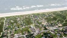 Das Luftbild zeigt Häuser in Rantum auf Sylt. Ferienobjekte an Deutschlands Küsten sind gefragt - und teuer.