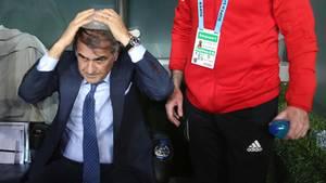 Senol Günes, Trainer von Besiktas, sitzt mit einem Eisbeutel auf der Bank