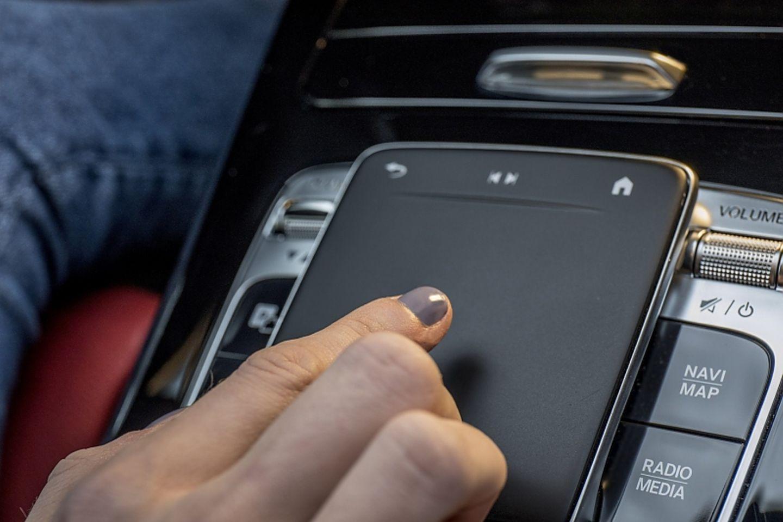 Das große Touchpad in der Mitte hilft bei der Bedienung
