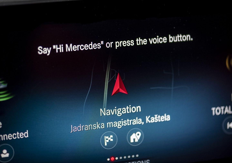 Die Initialisierung der Spracheingabe erinnert an Apples Siri