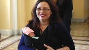 Tammy Duckworth, demokratische US-Senatorin aus Illinois, mit der kleinen Maile Pearl Bowlsbey