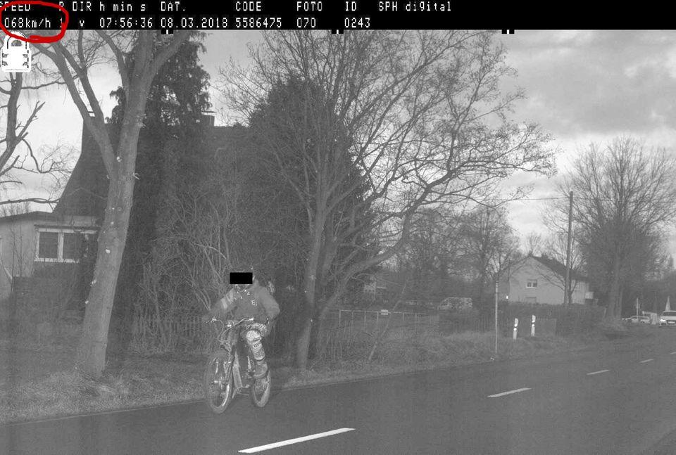 Nachrichten aus Deutschland: Blitzfoto mit Mountainbiker