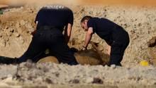 Experten der Polizei bereiten die Bombe für die Entschärfung vor.