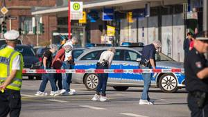 Beamten suchen den Tatort in Hamburg Wandsbek nach Spuren ab