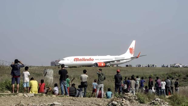 Schaulustige beobachten die Bergung der Boeing 737 am Airport von Kathmandu.