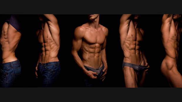 """""""Das Gesicht meines Models, eines Ringers, habe ich bewusst abgeschnitten, um den Blick des Betrachters ganz auf den muskulösen Körper zu lenken. Durch die 180-grad-Drehung wirkt die Serie bewegt und lebendig.""""      Mehr Fotos vonTorsalin derVIEW Fotocommunity    Aktionen und Informationen aus der VIEW Fotocommunity aufFacebookoderTwitter"""