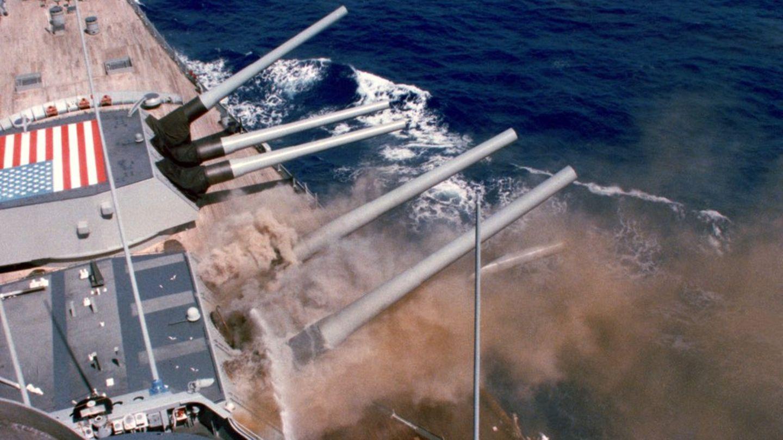 Die Explosion: Dichter Rauch dringt aus dem zweiten Hauptturm.