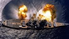 Für die Kamera feuert das Schlachtschiff eine Breitseite ab.