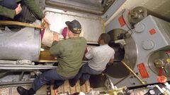 So eng arbeiten die Lader an einem Rohr.