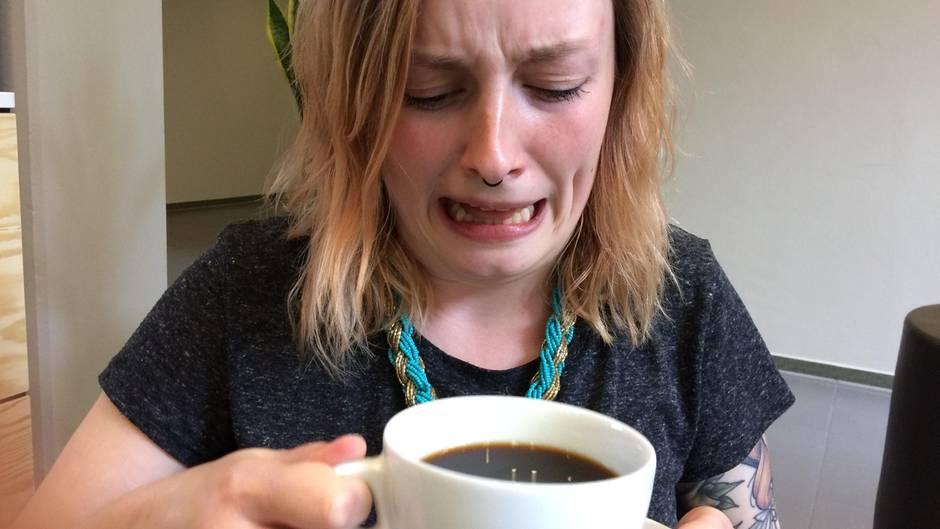 Die Autorin verzieht ihr Gesicht, als sie den ersten Schluck Kaffee trinkt