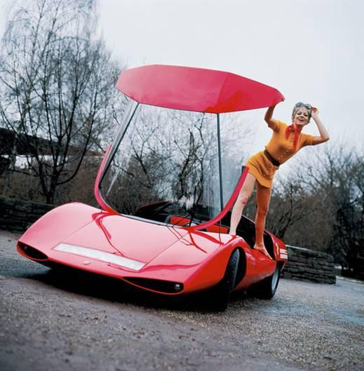 Juliane und der Abarth 2000 von 1970. Obwohl draußen Minusgrade herrschen, hüpft sie im Minikleid auf ihm herum. 250 PS können so eine Karosserie ganz schön aufheizen!