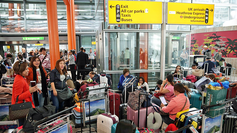Passagiere mit viel Gepäck: im Terminal 5 des Flughafens London-Heathrow.