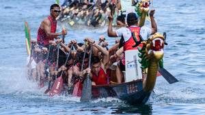 Sportler trainieren für das jährliche Drachenbootfestival