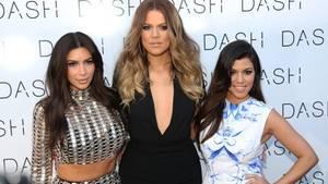 """21. April 2018  Alles muss raus! Ausverkauf bei den Kardashians  Der Kardashian-Klan schließt seine Modeläden. """"Wir haben es geliebt, 'Dash' zu betreiben, aber in den letzten Jahren haben wir uns alle individuell so sehr weiterentwickelt"""", teilte Kim Kardashian auf ihrer Webseite mit. """"Wir sind sehr beschäftigt damit, unsere Marken zu betreiben und unser Leben als Mütter zwischen Familie und Arbeit in Einklang zu bringen. Wir wissen in unseren Herzen, dass es Zeit ist, weiterzuziehen."""" Die Schwestern Kim, Kourtney und Khloe Kardashian hatten vor zwölf Jahren ihren ersten Modeladen namens """"Dash"""" in Los Angeles eröffnet, danach auch Filialen in Miami und New York. Letztere ist allerdings schon seit einiger Zeit geschlossen. Wie es für die zahlreichen Angestellten der Läden weitergeht, verriet Kardashian allerdings nicht."""