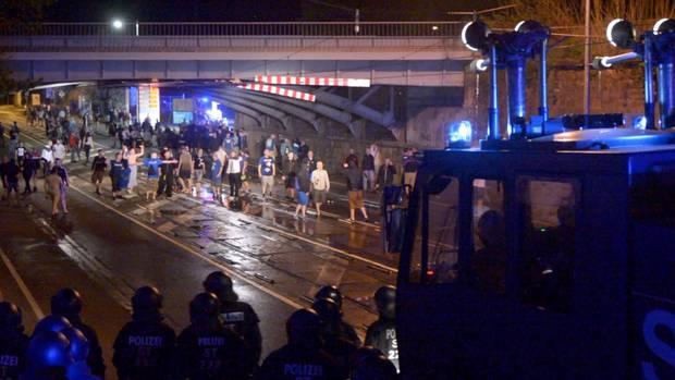 In Magdeburg nahm die Polizei mehrere Fußballfans fest
