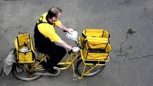 Postbote auf einem Fahrrad