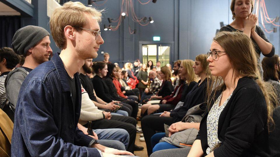 """Joko-Reporter Daniel Sippel beim """"Eye Contact Experiment"""" in Berlin."""