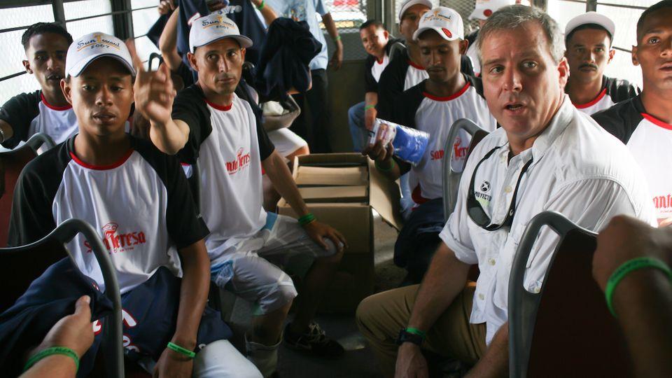 Alberto Vollmer (rechts) weiß, wie er mit den sozial Schwächeren umgehen muss. Er hat jahrelang in den Slums von Caracas gearbeitet.