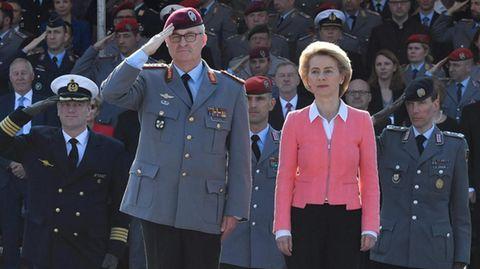 Verteidiungsministerin Ursula von der Leyen (r.) mit dem neuen Generalinspekteur der Bundeswehr, Generalleutnant Eberhard Zorn